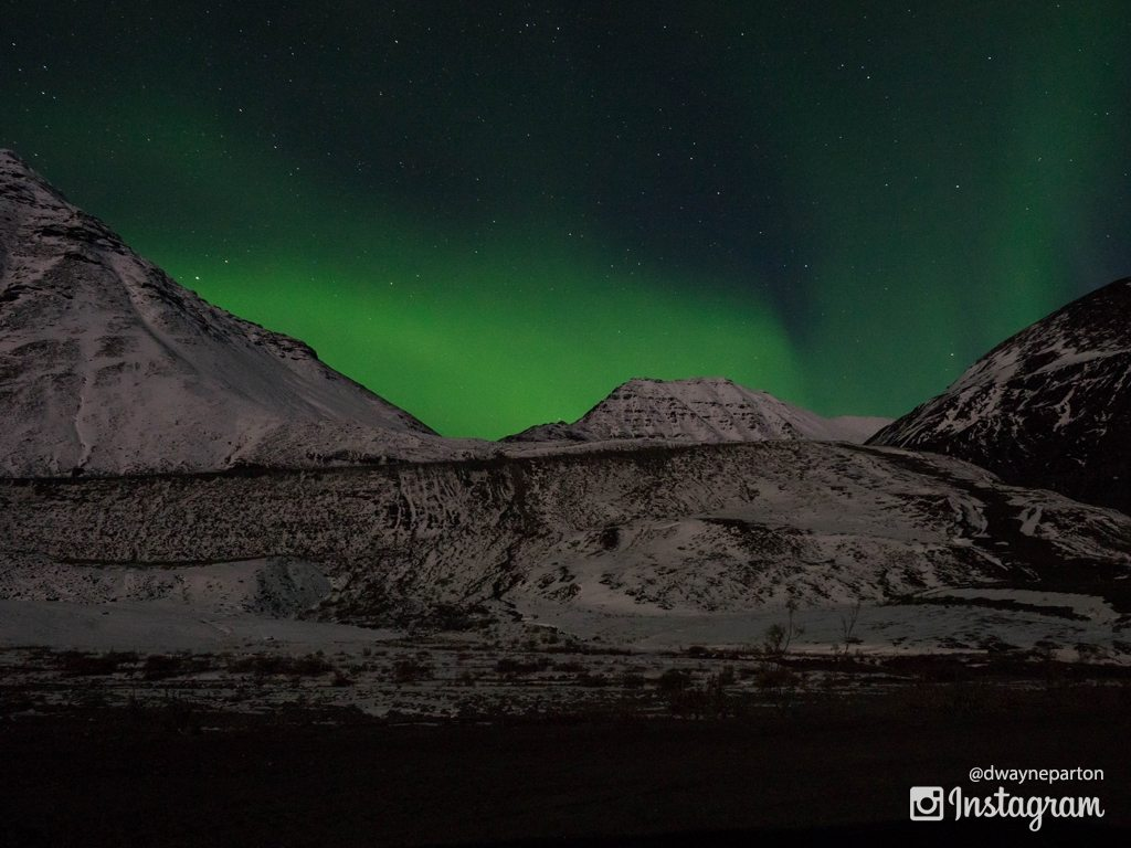 aurora_snow_covered_mountains_green_glow